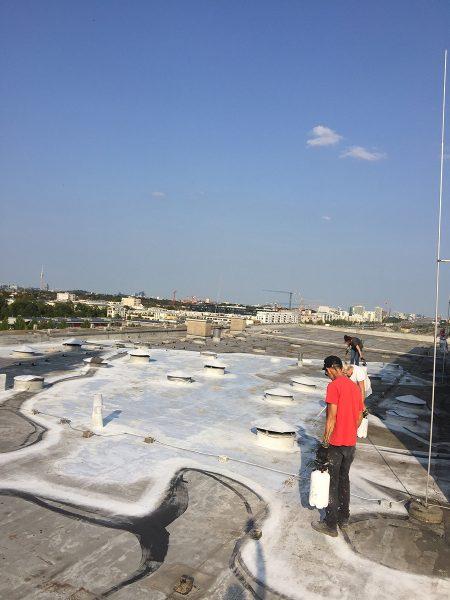 Ella&Pitr beim Arbeiten an ihrer Installation auf dem Dach des KUNSTLABOR