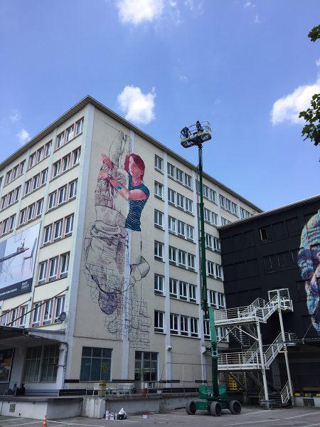 Fintan Magee beim Malen an der Fassade
