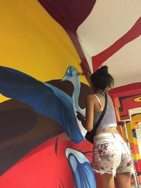 Fio Silva beim Malen in einem der Gänge